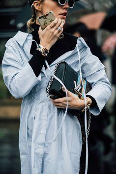 Office Look Styling tip: gola alta sob camisa Love Fashion, Womens Fashion, Fashion Tips, Fashion Design, Paris Mode, Vogue Korea, Parisian Chic, Facon, Sweater Shirt