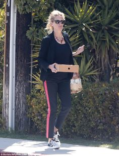 http://news-all-the-time.com/2014/04/10/julia-roberts-keeps-it-casual-on-low-key-stroll-to-meet-daughter-in-los-angeles/ - Julia Roberts keeps it casual on low-key stroll to meet daughter in Los Angeles  - By Daily Mail Reporter  She may be a glamorous Hollywood icon who frequents the red carpet, but Julia Roberts clearly appreciates her down-time too. The 46 year-old, whose hit films include Pretty Woman and Mystic Pizza, was spotted out in Los Angeles on Wednesday cutting a