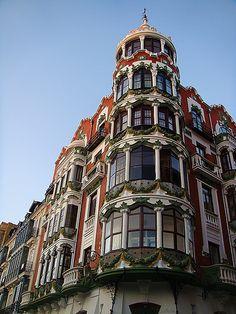 La casa del Principe  La Casa del Príncipe es un edificio residencial de la ciudad de Valladolid (España) construido en 1906 y ejemplo de la arquitectura residencial burguesa en esta ciudad. Se encuentra situado en el número 11 de la calle de la Acera de Recoletos.