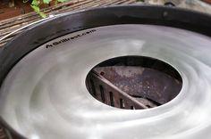 Feuerplatten lassen sich sehr flexibel zum Grillen einsetzen. Bevor man sie jedoch nutzen kann, muss man die Feuerplatte einbrennen. Hier erfährst du wie …