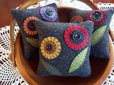 Cute home decor/pillows/country Penny Rug Flowers Bowl Filler Pillow Tucks via Etsy Applique Pillows, Wool Applique Patterns, Felt Patterns, Felt Applique, Print Patterns, Felted Wool Crafts, Felt Crafts, Fabric Crafts, Sewing Crafts