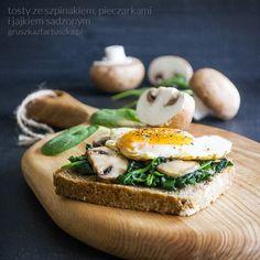 tosty ze szpinakiem, pieczarkami i jajkiem sadzonym
