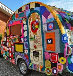 Cool My Camper - yarnbombing - via Vintage Caravan Magazine Yarn Bombing, Crochet Art, Crochet Patterns, Mosaic Knitting, Guerilla Knitting, Vintage Trailers, Vintage Campers, Glamping, Fiber Art