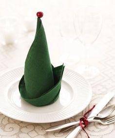 chapeau de lutin ; explication de montage :  http://www.2travelandeat.com/France/pliage.de.serviette.chapeau.de.lutin.de.noel.sapin.de.noel.html