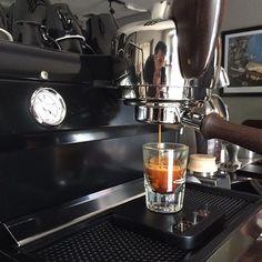 Una delicia de Espresso hecho por la Barista @paolaverdugoo en nuestra @slayerespresso con café  tostado por @cafeologo y cosechado por Víctor Lopez en Aldama Chiapas. #cafe #coffee #espresso #bistromiro #esellugar #acaialunar