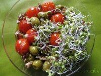 Ensalada Templada de Brotes de Rabanito con Tomates Cherry y Aceitunas