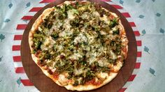 Pizza casera con brócoli, longaniza y muzzarella