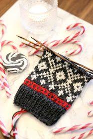 Sweet things: Neulotaan yhdessä Adventtisukat - ensimmäinen osa! Knit Mittens, Knitting Socks, Hand Knitting, Knitting Designs, Knitting Projects, Knitting Charts, Knitting Patterns, Punto Fair Isle, Knitted Socks Free Pattern