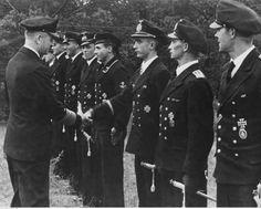 ■ El Almirante Karl Dönitz saluda al Teniente Alfred Vetter (RK - Gruppenführer Marine-Kleinkampfflottille 211) - Foto: 1944.