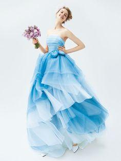 オーセンティック バイ ラレンヌ(Authentique by La Reine) 銀座 クールなアクアブルーが大人花嫁の美しさを引き出して