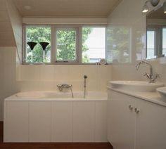 Aluminium jaloezieën voor de badkamer op een draai- kiepraam ...