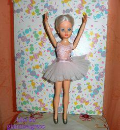 Η bibi-bo μπαλαρίνα με τη ροζ στολή της. The bibi-bo ballerina with pink outfit. La ballerine bibi-bo avec tenue rose. Die Bibi-bo Ballerina mit rosa Outfit.