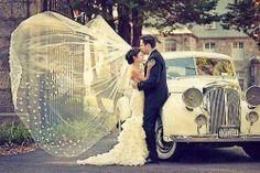 Velo da sposa nel vento. Bride veil in the wind.