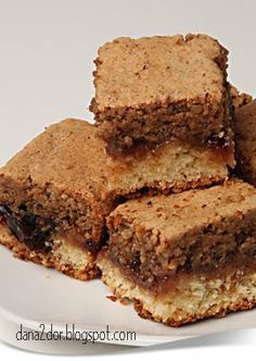 Early cake with jam and cream, nuts - Prajitura frageda cu gem si crema de nuci - Clipe dulci si parfumate No Cook Desserts, Sweets Recipes, Cake Recipes, Cooking Recipes, Romanian Desserts, Romanian Food, Christmas Party Food, Square Cakes, Sweet Cakes