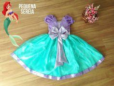 Lindo vestido Feito nas cores lilás e azul tiffany esse look possui tema da princesa Ariel, a famosa sereia da Disney. Possui tule bordado de luxo no corpo e saia de cetim e organza.  Tecido: Vestido todo de cetim com tule bordado no corpo e organza na saia.    NÃO ACOMPANHA SAIOTE. Vendido a par...