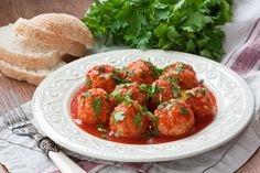 Learn how to make and cook Greek style meatballs with bulgur, also known as Voli Me Plyguri. Turkey Meatballs Crockpot, Ground Turkey Meatballs, Bulgur Recipes, Tandoori Masala, Ground Meat Recipes, Greek Dishes, Cooking Recipes, Healthy Recipes, Mediterranean Recipes