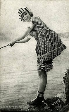 Beginning in MackSennett assembled a bevy of girls known as the Sennett Bathing Beauties to appear in provocative bathing costumes i. Vintage Pictures, Old Pictures, Old Photos, Vintage Bathing Suits, Vintage Swimsuits, Belle Epoque, Pin Up, Bathing Costumes, Jeanne Lanvin