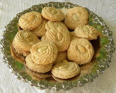Pastitsia - Cypriot almond cookies, similar to macaroons that are often served at weddings Greek Sweets, Greek Desserts, Greek Recipes, Greek Cookies, Almond Cookies, Cyprus Food, Middle Eastern Recipes, Biscuit Recipe, Vegan Baking
