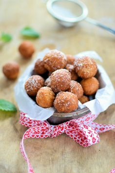Pyszne malutkie złote pączki.Możesz posypać cukrem pudrem lub polać lukrem.