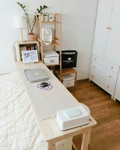 Urban outfiters bedroom - 20 Desk Organization to Arrange Your Personal Space To Be Neater Apartment Bedroom Decor, Home Bedroom, Bedroom Desk, Bedroom Kids, Trendy Bedroom, Bedroom Storage, Urban Bedroom, Desk Storage, Urban Outfiters Bedroom