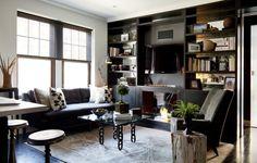 O apartamento de Frank Carfaro em Nova York foi comprado há cerca de dois anos, por US$ 585 mil. O lugar estava bem conservado, mas o designer queria criar um ambiente de acordo com seus gostos. Ele removeu muitas paredes e conseguiu criar mais 25 m² de área útil