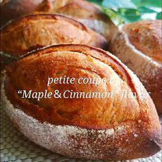 """久しぶりにプチフランスパンが食べたくて、大好きな""""メープル&シナモン""""の組合わせで、プチクッペを焼きました❤ …これ、きます❗…きてます❗(笑) かなり美味しいかも❤ シナモンの加減が分からなかったので、試し焼きで大さじの計量で2分の1位のシナモンを加えましたが、香りがほのかにする位で、強すぎず、良いと思います メープルシロップは、贅沢に50㌘❤なので、""""プチ贅沢""""です✨✨✨ ほんのり甘くて、メリメリッと開いたクープも、いい感じ❤ クープが開くポイントとして ①最終発酵の少し手前で発酵を完了させ、しばらく室温に置いておく。(少し生地がまだ固めの状態で…) ②粉を振り、ナイフでクープをスッと引いたら、すぐにオーブンに入れずに、しばらく自然とクープが開くまで、少し待つ… ③少し経ってから、余熱完了のオーブンの中に素早く入れたら、すぐに焼かずに、2分放置。(タイマーで) →焼成へ❤ これで、バッチリぱっかり開きました❤ (もし不安でしたら、クープの間にオイル類を乗せるとカンペキです) 手のひらサイズの、可愛いプチフランス…❤ パリッと仕上がったので、ぜひぜひお試し下さ..."""