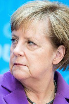 Böse schaut sie in die Welt, die ihr zu verstehen gibt, dass sie versagt hat, dass sie gehen muss. CDU-Abgeordnete wollen Merkel mit Brandbrief zur Grenzschließung zwingen