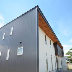 門型外皮のガルバリウム鋼板(『六供後の家』門型ファサードのモダン住宅)- 外観事例