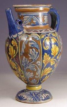 Parece un florero pero en realidad es un vaso de farmacia antiguo.