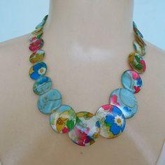 Maxi colar feito de madrepérola. R$ 8,50