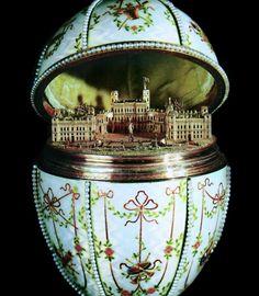 """Em 1901, Nicolau presenteou a mãe Maria Feodorovna com o ovo """"Palácio Gatchina"""", baseado na sua casa de veraneio."""