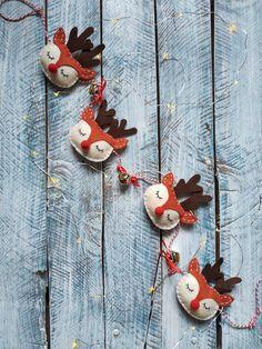 Guirnalda decorativa - Rudolph | Pimienta y Purpurina Reno, Christmas Ornaments, Holiday Decor, Diy, Home Decor, Garlands, Needlepoint, Jingle Bell, Tv Wall Hanging