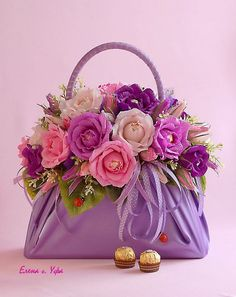 DIY Beautiful Handbag Style Candy Flower Basket from Cereal Box Flower Bag, Flower Basket, Flower Boxes, Beautiful Flower Arrangements, Floral Arrangements, Beautiful Flowers, Colorful Flowers, Deco Floral, Floral Design