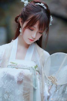 Beautiful#ethnic beauty Hanfu, Beautiful Young Lady, Beautiful Asian Girls, Guys And Girls, Cute Girls, Ancient China Clothing, Geisha, Double Exposition, Asian Cosplay