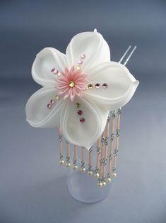 Kanzashi Cloth Flowers, Fabric Flowers, Paper Flowers, Ribbon Art, Diy Ribbon, Diy And Crafts, Arts And Crafts, Japanese Flowers, Kanzashi Flowers
