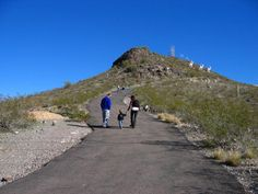 Looking for ways to get the kiddos out of the house and enjoy the great outdoors before the summer heat arrives? Check out these 7 easy hiking trails with pretty views that are 1 mile or less. Hiking Places, Hiking Trails, Places To Travel, Places To See, Travel Destinations, Arizona Road Trip, Arizona Travel, Arizona Usa, Hiking With Kids