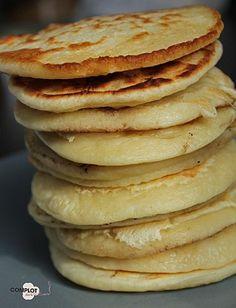 1 œuf 1 tasse de farine avec levure incorporée 1 tasse de lait 1 pincée de sel Du beurre pour la cuisson Préparation : Mettez dans un saladier l'œuf, la farine, le lait et le sel. Battez le tout jusqu'à obtenir une pâte fluide et sans grumeaux. Faites chauffer une poêle à feu moyen, ajoutez un peu de beurre et avec une louche versez un peu de pâte dans la poêle. Faites cuire les pancakes et retourné les quand des bulles apparaissent sur le dessus.