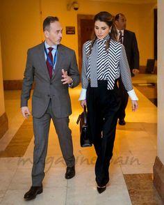 La reina Rania de Jordania volvió a dar una lección de elegancia, en blanco y negro en un Forum sobre Educación en Amman