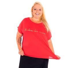 """Fashion has no size"""" Dieses Plussize T-Shirt ist ein Statement für alle Frauen, egal, ob kräftig oder mager. Und weil diese Aussage so wichtig ist und uns allen Kraft geben kann, kommt dieses T-Shirt in einer leuchtenden Farbe daher: Rot. Zeig auch du deine Meinung. Plus Size Shirts, V Neck, Shopping, Women, Fashion, Vibrant Colors, Fashion Plus Sizes, Red, Don't Care"""