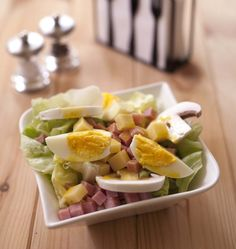 Tous les bistros parisiens proposent cette salade toute simple : emmental, jambon, oeufs durs et champignons de Paris. Une entrée toute simple qui peut aussi faire office de plat principal.