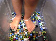 Coloque berlindes dentro de uma caixa grande de plástico (daquelas que normalmente se usam para arrumações). Fazem massagens de pés espec...