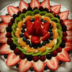 Fresh Fruit Cake, Fruit Tart, Fruit Tray Designs, Snacks Für Party, Party Trays, Fruit Buffet, Fruit Creations, Food Carving, Food Garnishes
