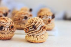Choux s krémem praliné – Máslová brioška Eclairs, Sweet Recipes, Cookies, Cupcakes, Food, Sprouts, Bakken, Crack Crackers, Cupcake Cakes