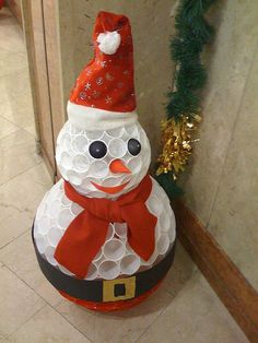 How To Make A Snowman Out Of Plastic Cups! What a fun snowman craft idea! Made out of plastic cups! Pretty clever and creative! It's actually pretty easy to make! It's better cause it will last longer and a great decor for indoors! Make A Snowman, Snowman Crafts, Christmas Snowman, Winter Christmas, Handmade Christmas, Christmas Ornaments, Christmas Wreaths, Cup Crafts, Christmas Projects