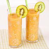 Pirteä hedelmäsmoothie  Jaa  Pirteä hedelmäsmoothie    3–4 annosta  Ainekset    1 tuore ananas  2 kiiviä  2 banaania  1 säilykepurkki trooppista hedelmäsalaattia  1 tl Dansukker Vaniljasokeria  3 rkl Dansukker Cane Syrup -ruokosokerisiirappia  2 dl hedelmämehua tai soodavettä        Kuori ja paloittele ananas, kiivit ja banaanit. Laita kaikki ainekset tehosekoittimeen ja pyöräytä kuohkeaksi, raikkaaksi juomaksi. Kaada laseihin ja nauti!