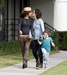 I love this couple! Sara Gilbert et sa fiancée Linda Perry avec la fille de Sara, Sawyer, à Beverly Hills le 18 mars 2013.