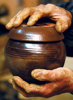 투박한 옹기만큼 거칠어진 옹기장의 손.