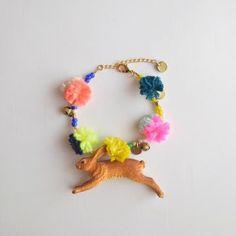 http://lastejeymaneje.blogspot.com.es/2013/04/animals-with-pom-pom-yarn-bracelets.html