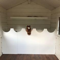 Idag har Lykke med hjälp av pappa byggt om lekstugan till ett käpphäststall. Hon har varit helt fantastisk och målat alla delar själv bland… Stick Horses, Hobby Horse, Horse Stalls, Track Lighting, Ceiling Lights, Animals, Home Decor, Wooden Horse, Animales
