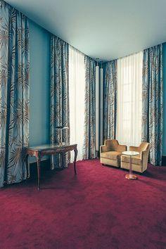 Een van de 26 hotelkamers, de 'Prestige Room' in hemelsblauw, heeft een vier meter hoog plafond.